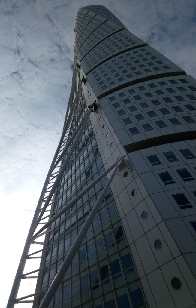 Turnining Torso - самое высокое здание Скандинавии, Мальме, Швеция. Закрученный небоскреб. Закрученное здание.