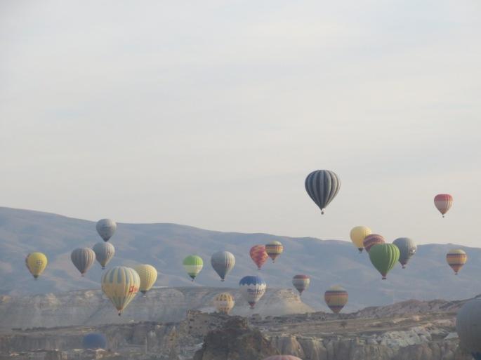 Много шаров над Каппадокией. Воздушные шары Гёреме. Смотровая площадка Гёреме.
